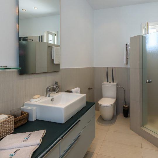 http://www.blueros.com/wp-content/uploads/2016/03/blueros_master-bedroom_00022-540x540.jpg